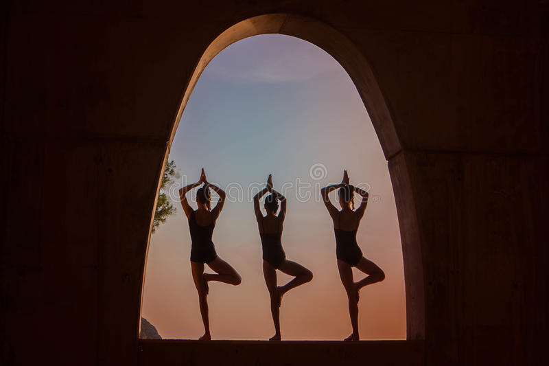 Meditação da ioga ao ar livre foto de stock royalty free