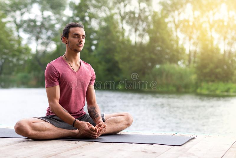 Meditação da ioga na natureza perto do rio Copie o espa?o foto de stock royalty free