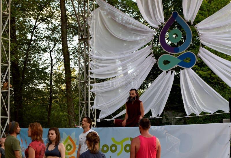 Meditação da ioga no festival em Rússia imagem de stock royalty free