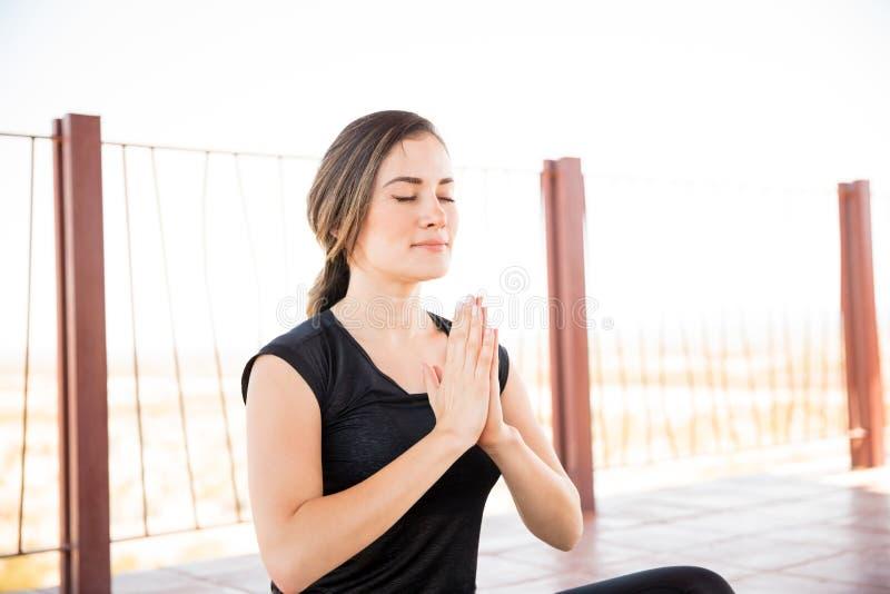 Meditação da ioga no fitness center imagem de stock