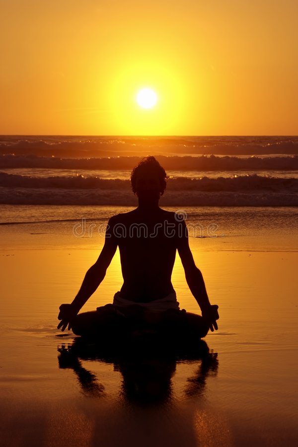 Meditação da ioga no por do sol foto de stock royalty free
