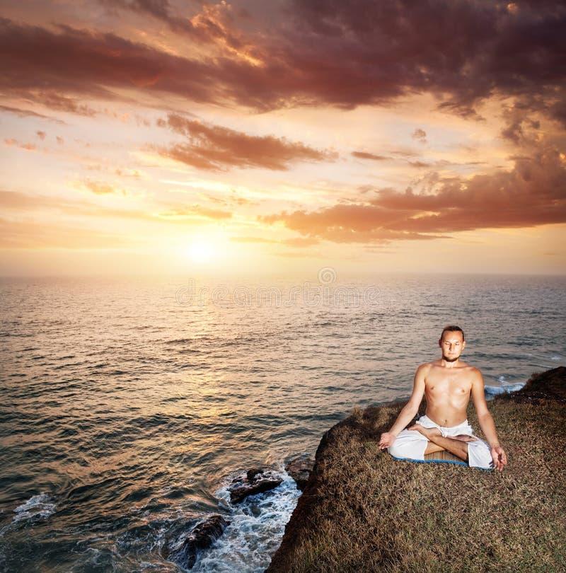 Meditação da ioga perto do oceano fotografia de stock royalty free