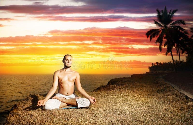 Meditação da ioga perto do oceano fotografia de stock