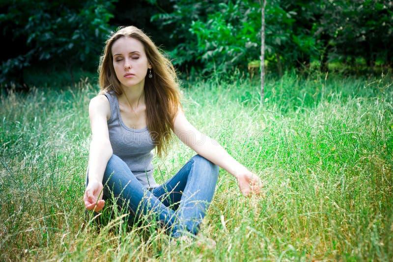 Meditação da jovem mulher imagens de stock