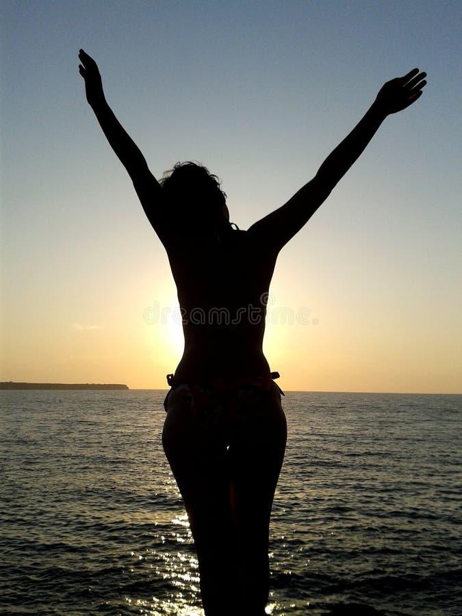 Meditação da mulher no por do sol fotografia de stock royalty free