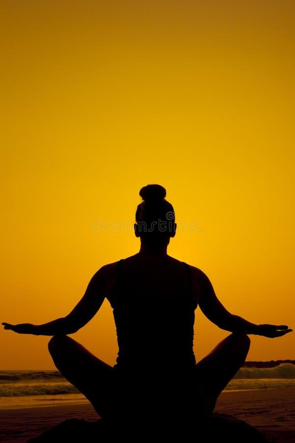 Meditação da silhueta/pose da ioga imagem de stock