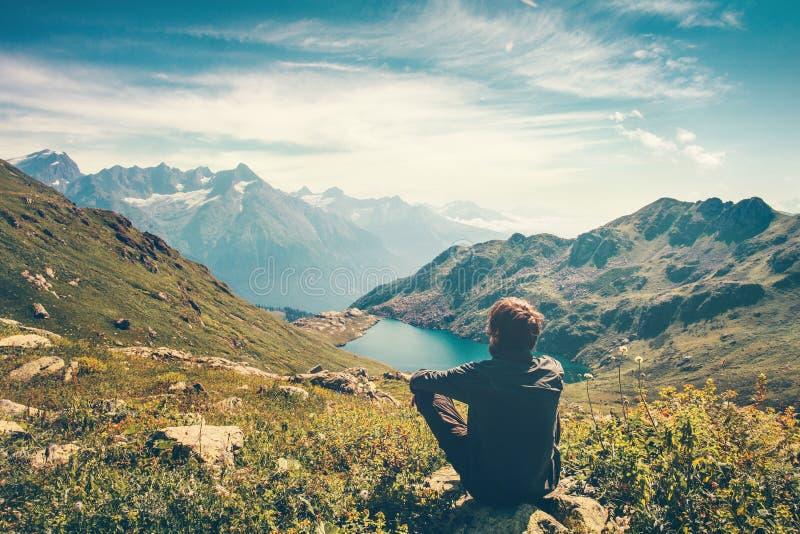Meditação de relaxamento do homem do viajante com vista sereno fotografia de stock