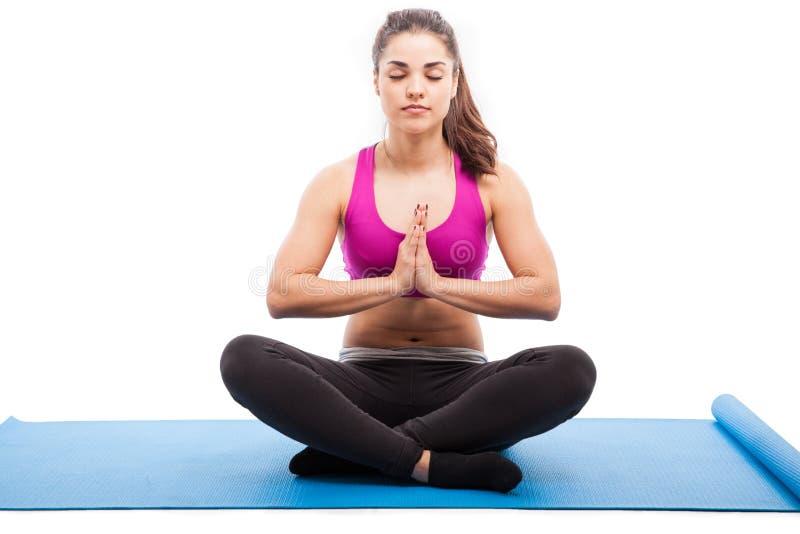 Meditação e ioga em um estúdio fotografia de stock royalty free