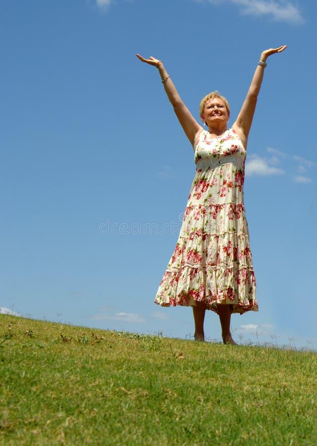 Meditação/elogio sênior da mulher imagens de stock royalty free