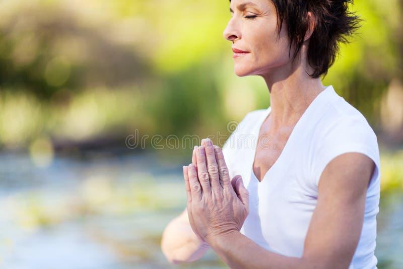 Meditação madura da mulher fotos de stock
