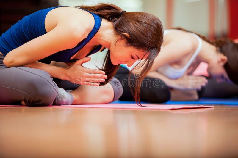 Meditação na classe da ioga fotografia de stock