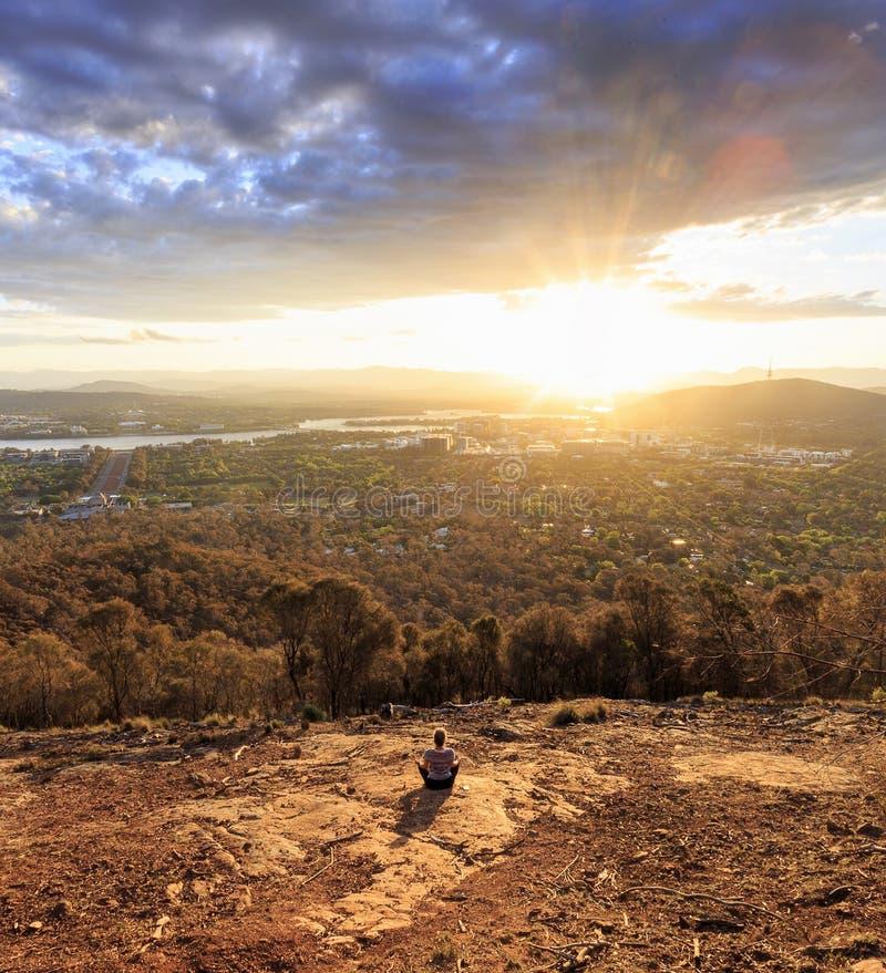 Meditação na montagem Ainslie, Canberra foto de stock