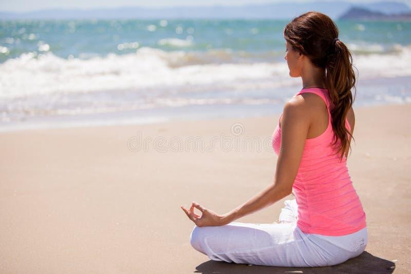 Meditação na praia fotografia de stock