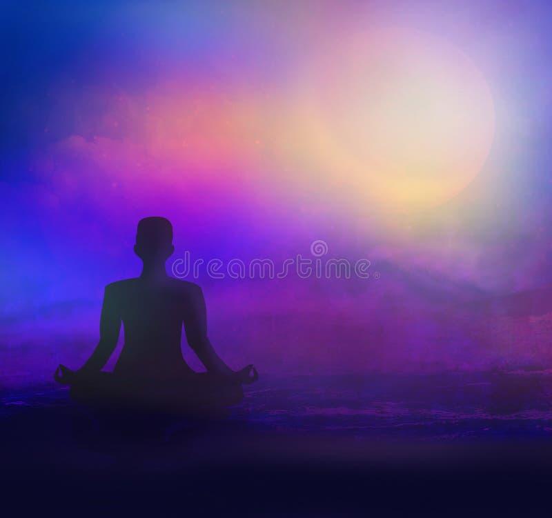 Meditação na praia do mar no crepúsculo imagem de stock