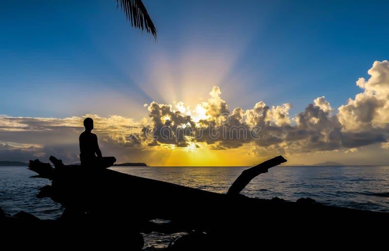 Meditação no nascer do sol fotografia de stock royalty free