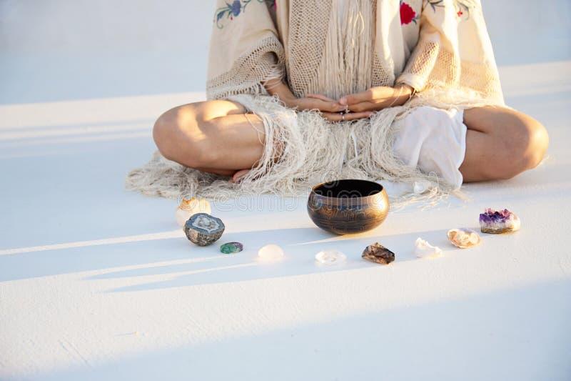Meditaci?n de la mujer con los cristales y el cuenco del canto fotos de archivo libres de regalías