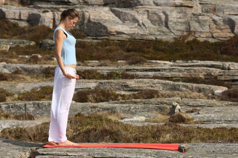 Meditación de la yoga de la potencia al aire libre foto de archivo