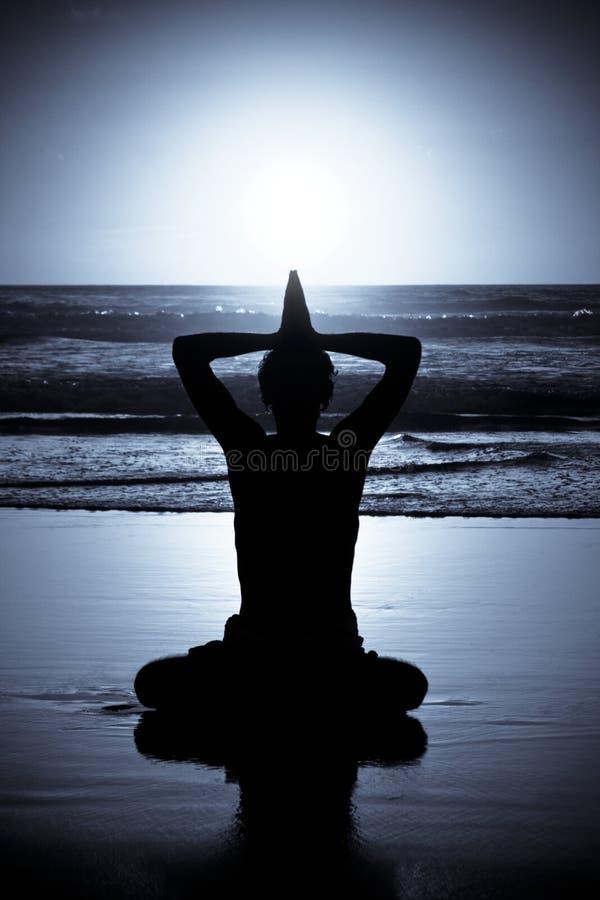 Meditación de la yoga en la noche fotografía de archivo libre de regalías