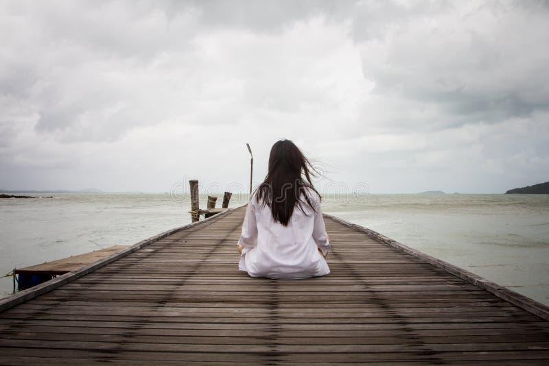Meditación de las mujeres jovenes imagen de archivo libre de regalías