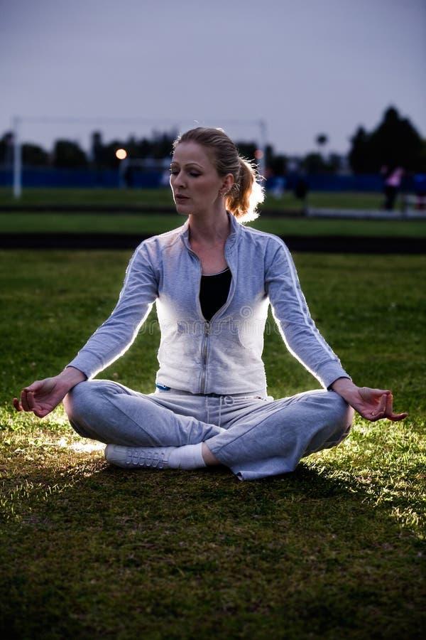 Meditación en el parque fotografía de archivo