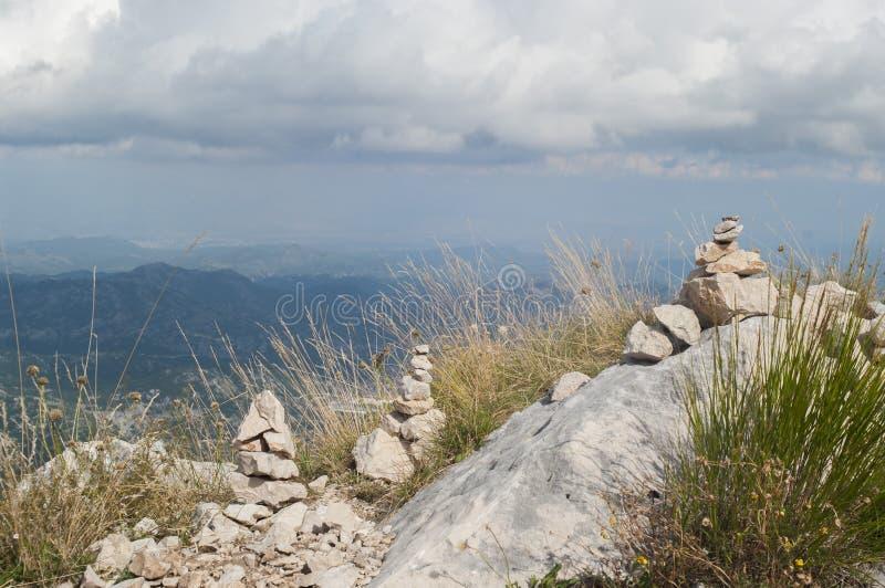 Meditación en el top de la montaña imagenes de archivo