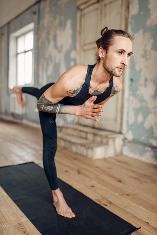 Meditación en estudio de la yogui, concentración completa imagenes de archivo