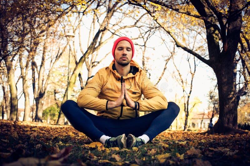 Meditación en naturaleza Hombre joven imágenes de archivo libres de regalías
