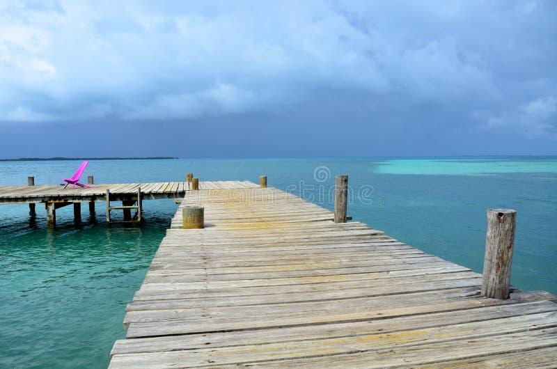 Download Meditación Y Relajación En El Embarcadero Foto de archivo - Imagen de coco, chaise: 41917374