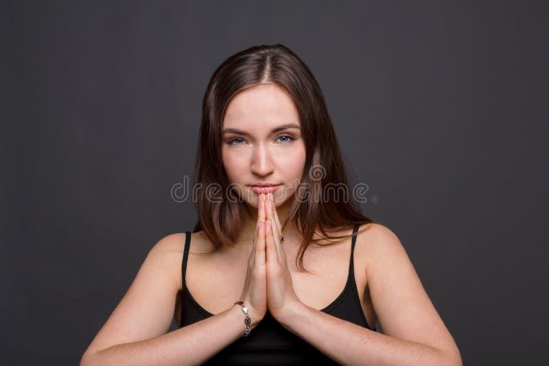 Meditando donna con pregare il ritratto delle mani fotografia stock