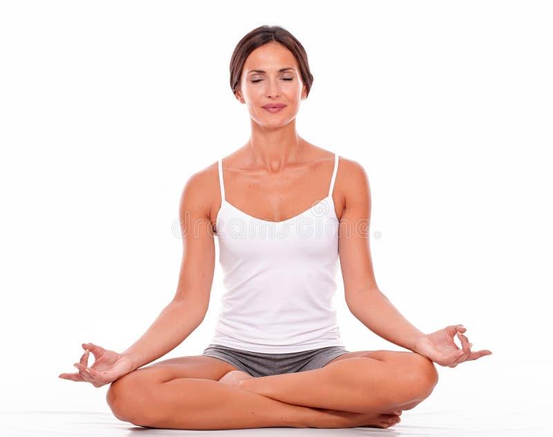 Meditando giovane donna su fondo bianco immagine stock