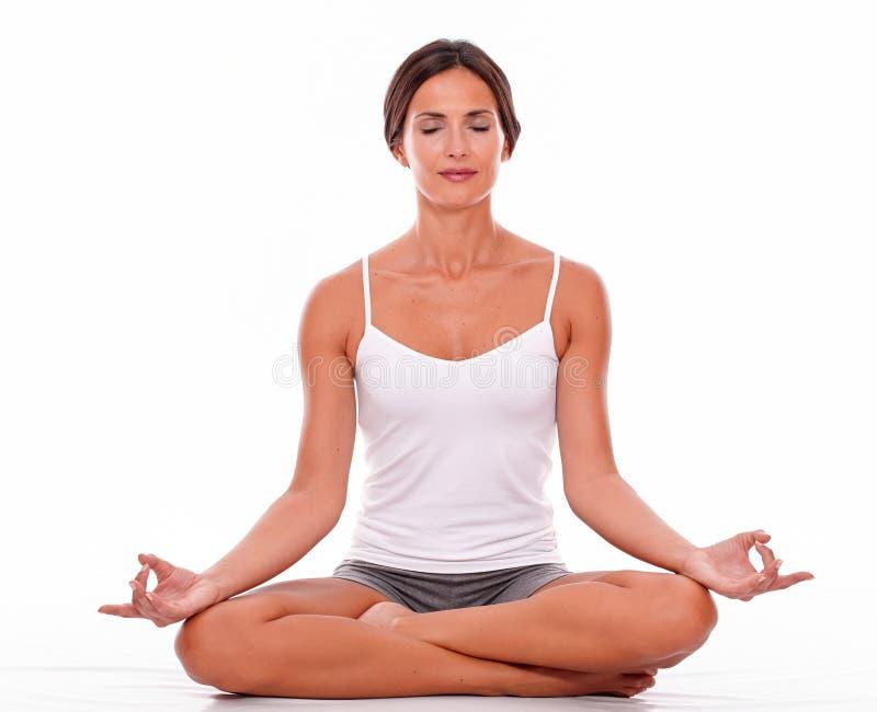 Meditando giovane donna su fondo bianco immagini stock libere da diritti
