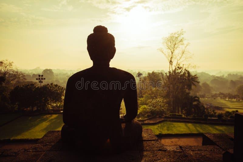 Meditar a Buda por la mañana, templo de Borobudur foto de archivo libre de regalías