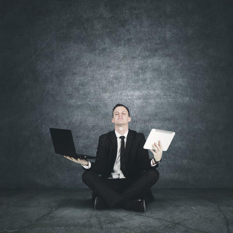 Meditar caucasiano do homem de negócios imagem de stock