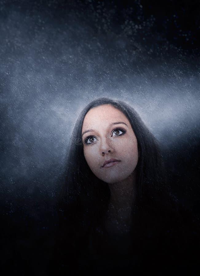 Meditar moreno misterioso da jovem mulher fotografia de stock