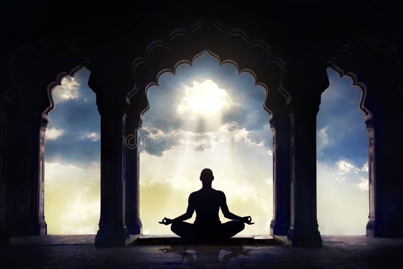 Meditar no templo velho imagem de stock royalty free