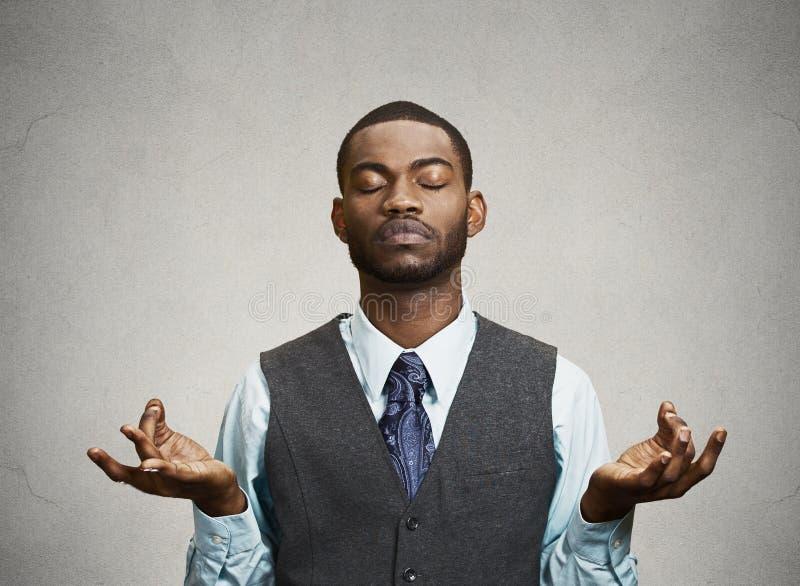 Meditare dell'uomo d'affari immagini stock