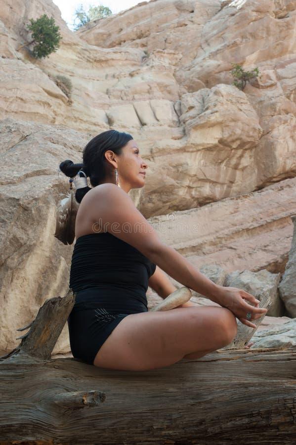 Meditare della donna di yoga del nativo americano immagine stock libera da diritti