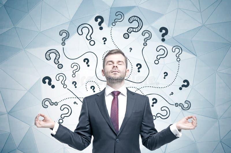 Meditare uomo d'affari, punti interrogativi fotografie stock libere da diritti
