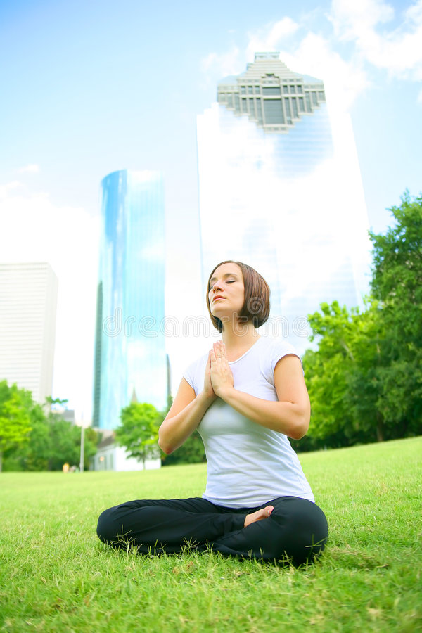 Meditate dentro in città immagini stock