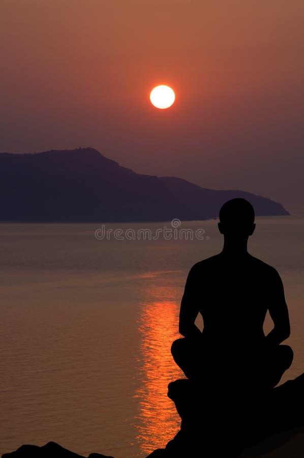 Meditatie bij de zonsondergang. royalty-vrije stock foto's