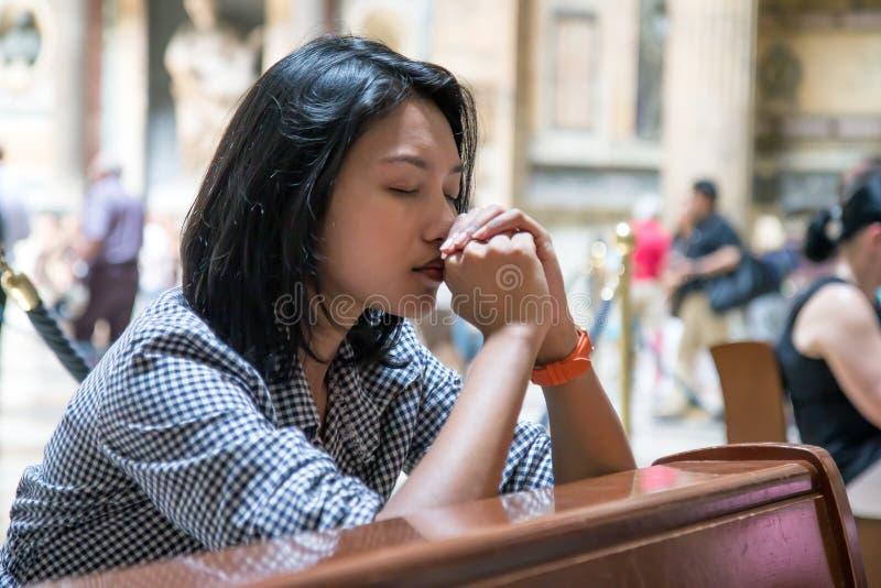 Meditatie in de kerk royalty-vrije stock afbeelding