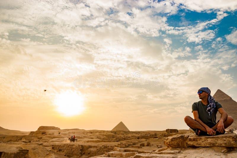 Meditatie dichtbij de piramides in Kaïro, Egypte royalty-vrije stock foto's