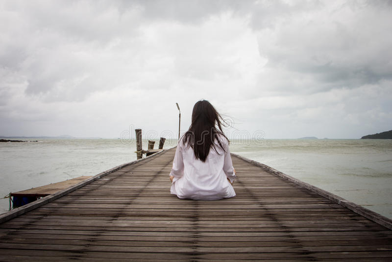 Meditatie door jonge vrouwen royalty-vrije stock afbeelding