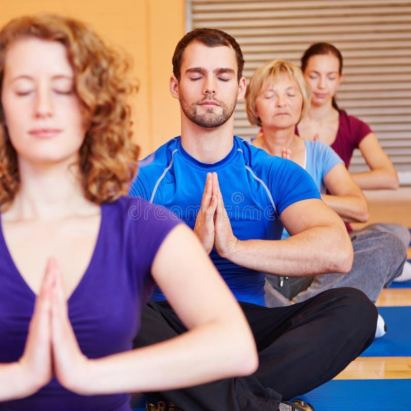 Meditatie in een groep in geschiktheid stock fotografie