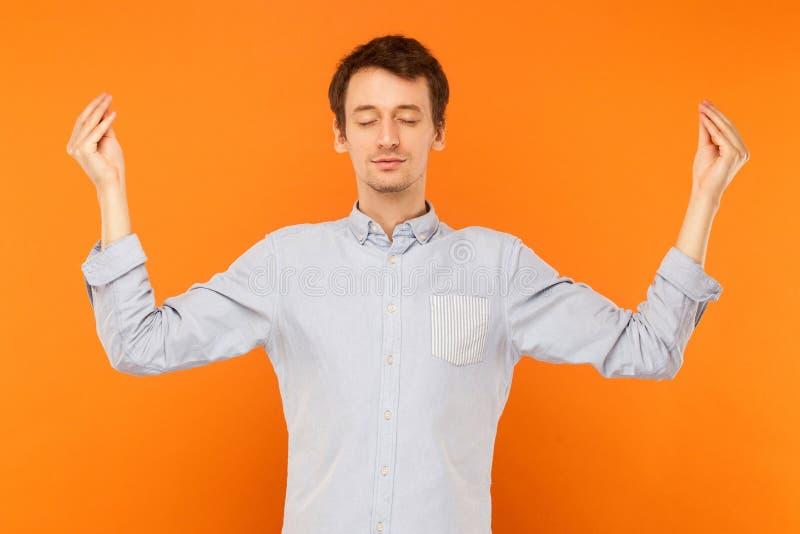 Meditatie, geestelijke praktijk Jonge volwassen mens gesloten ogen en doi stock fotografie