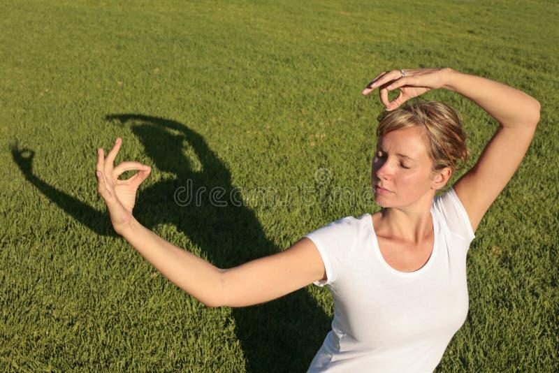 Meditatie op een Gazon stock foto's