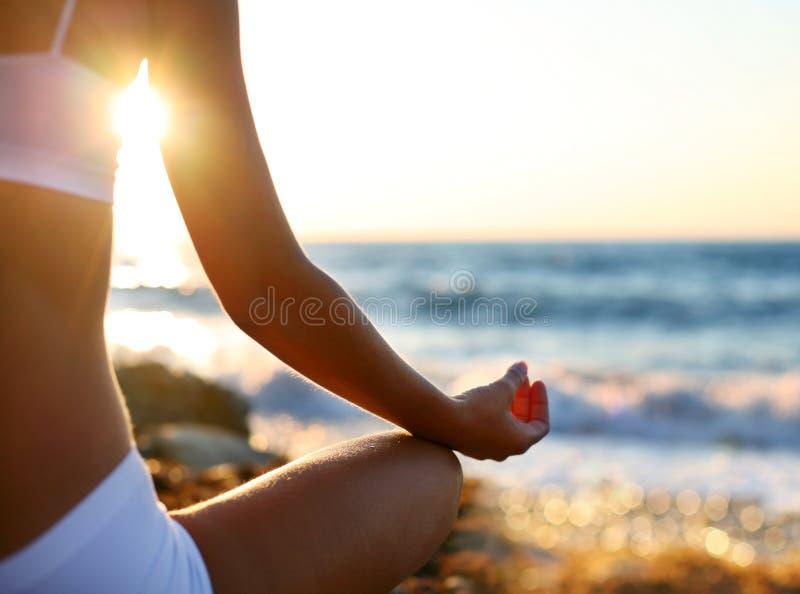 Meditatie op het strand stock foto