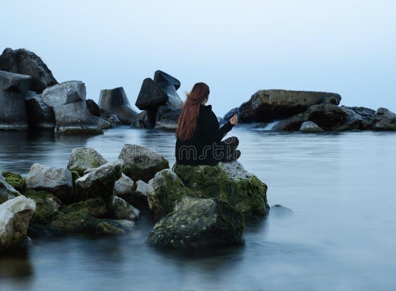 Meditatie op rotsen royalty-vrije stock fotografie