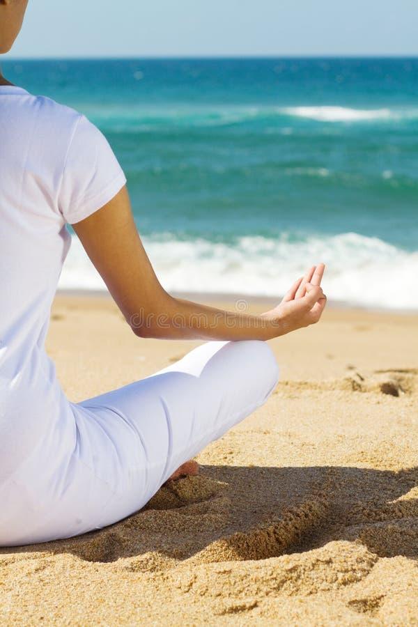 Meditatie Op Strand Stock Afbeelding