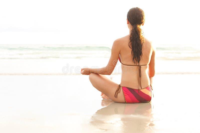Meditatie op strand stock fotografie